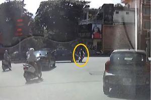 Clip: Bị khuất tầm nhìn, ôtô tông xe đạp điện tại Hà Giang