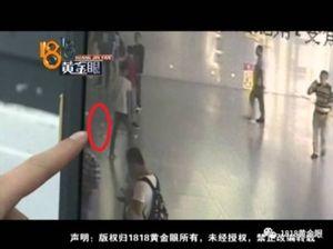 Thanh niên Trung Quốc rải tiền ở nhà ga vì thất tình