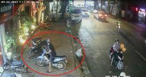 Bất ngờ với đôi nam nữ chở trẻ em trộm xe máy trên phố