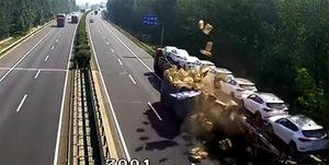 Vịt bay tứ tung sau pha va chạm giữa 2 xe tải