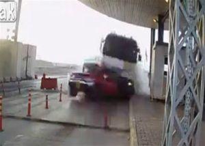 Xe tải húc nát xe bán tải ở trạm thu phí, một người chết