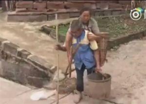 Chồng mù 29 năm cõng vợ yếu cùng đi làm đồng ở Trung Quốc