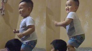 Nắm tóc bố làm 'đạo cụ' để nhảy, bé 2 tuổi gây sốt mạng xã hội