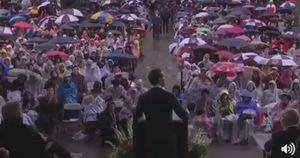 Hàng trăm SV Harvard đội mưa chỉ để nghe trọn vẹn bài phát biểu của 'ông chủ Facebook'