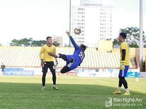 Trước trận bán kết Cup QG, Nguyên Mạnh làm 'thầy' dạy ba thủ môn trẻ
