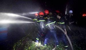 100 cảnh sát trắng đêm chữa cháy hai tàu cá