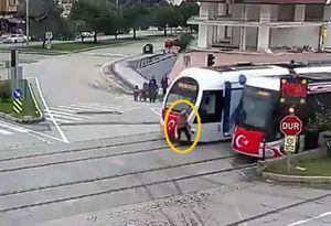 Clip: Mải điện thoại, người phụ nữ bị tàu điện húc văng