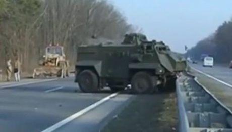 Ukraine: Mot binh si tu vong trong vu va cham xe boc thep - Anh 1