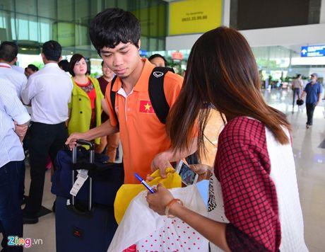 Fan nu xin chu ky Cong Phuong tai san bay - Anh 4