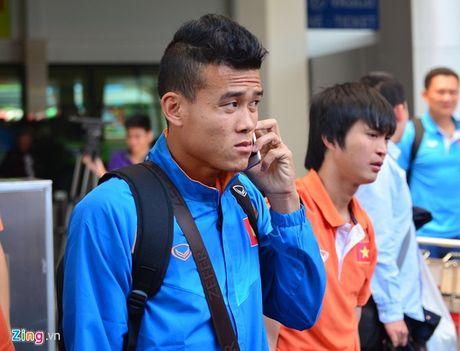 Fan nu xin chu ky Cong Phuong tai san bay - Anh 6