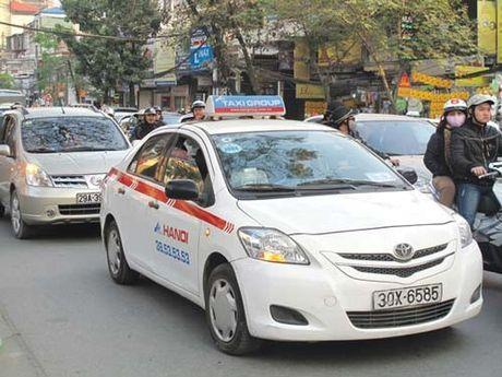 Mua phun keo dai, taxi tha ho 'chem' khach - Anh 1