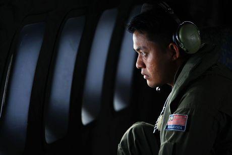 Manh moi tim MH370 tu goi khan uot tren bien - Anh 1