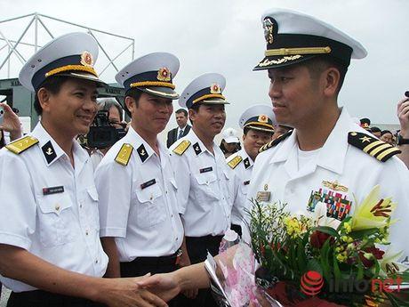 Ham truong goc Viet chi huy 2 tau khu truc cua Hai quan Hoa Ky tham Da Nang - Anh 1
