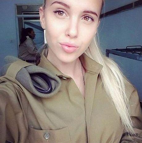Ngam bong hong xinh dep trong quan doi Israel dang gay sot mang xa hoi - Anh 10