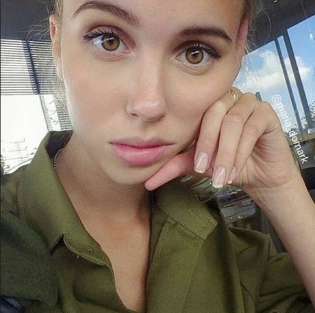 Ngam bong hong xinh dep trong quan doi Israel dang gay sot mang xa hoi - Anh 4
