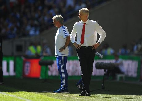 HLV Wenger: Jose Mourinho khong phai la van de voi toi - Anh 1