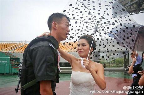 Xuc dong canh co dau doi mua co vu chu re thi chay - Anh 3