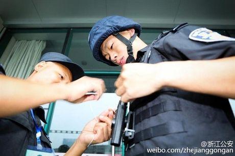 Xuc dong canh co dau doi mua co vu chu re thi chay - Anh 7