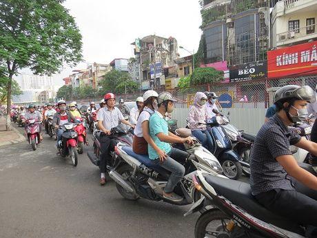 """""""Nhuong"""" duong cho du an duong sat: Duong Xuan Thuy – Cau Giay tac nghen nghiem trong - Anh 5"""