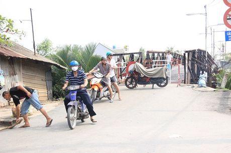 "TPHCM: Cau sat Long Kien ""te liet"", hang tram nguoi dan vat va hoi duong di - Anh 1"