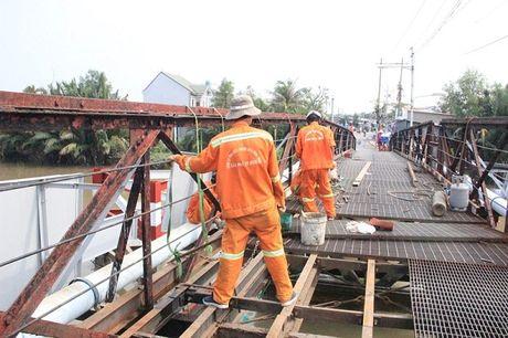 "TPHCM: Cau sat Long Kien ""te liet"", hang tram nguoi dan vat va hoi duong di - Anh 3"