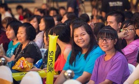 Khoi My trinh dien ban hit voi mic quan hoa tra my vang - Anh 24