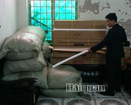 Bat giu 176kg bot huong lieu khong nhan mac nhap lau - Anh 1