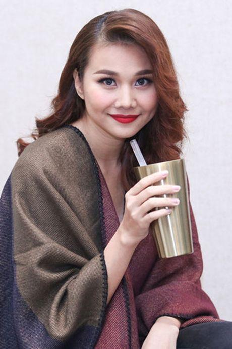 Thanh Hang khoe vai tran voi ao dai cach dieu - Anh 1