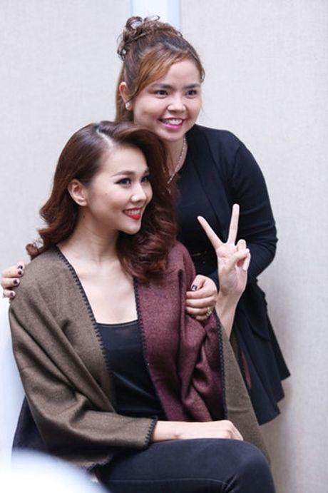 Thanh Hang khoe vai tran voi ao dai cach dieu - Anh 2