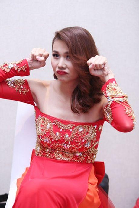 Thanh Hang khoe vai tran voi ao dai cach dieu - Anh 3