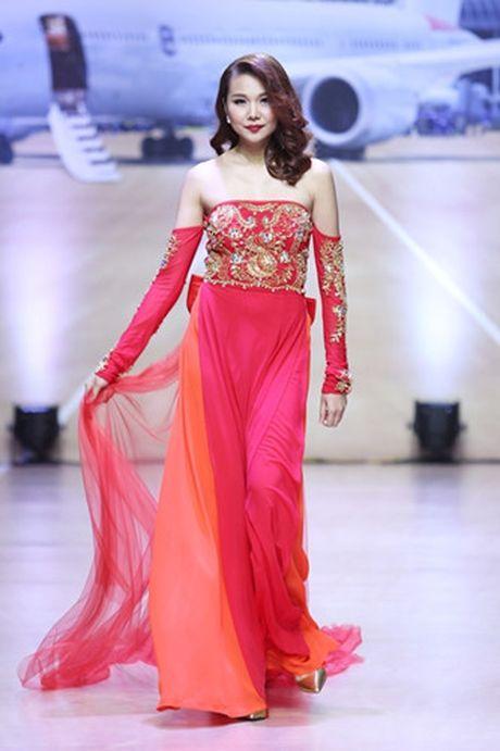 Thanh Hang khoe vai tran voi ao dai cach dieu - Anh 4