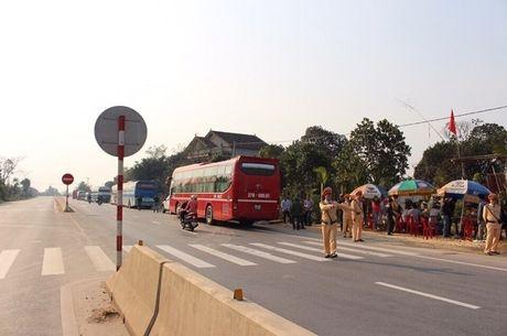 """CSGT Quang Binh """"xu"""" hon 100 xe khach vi pham ngay mung 6 Tet - Anh 1"""