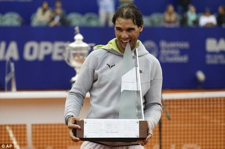 Nadal dang no luc gianh lai ngoi vuong tren mat san dat nen - Anh 1