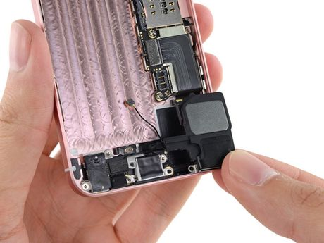 iFixit mo tiet lo moi thu ben trong iPhone SE - Anh 18