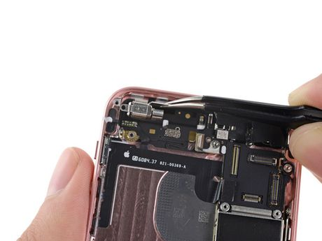 iFixit mo tiet lo moi thu ben trong iPhone SE - Anh 19