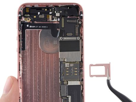 iFixit mo tiet lo moi thu ben trong iPhone SE - Anh 20