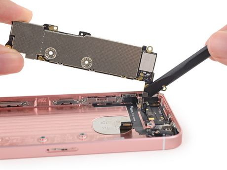 iFixit mo tiet lo moi thu ben trong iPhone SE - Anh 23