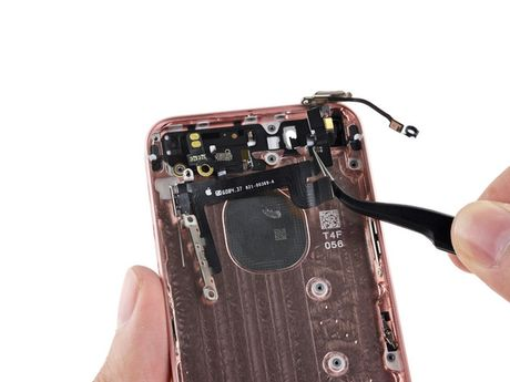 iFixit mo tiet lo moi thu ben trong iPhone SE - Anh 27