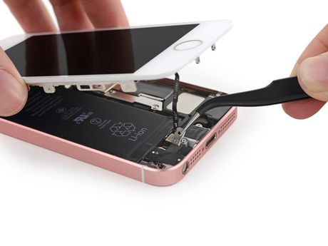 iFixit mo tiet lo moi thu ben trong iPhone SE - Anh 8