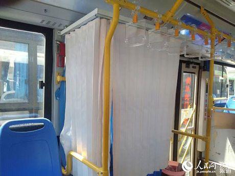 Nguoi dan hao hung voi xe bus co buong me cho con bu - Anh 1