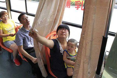 Nguoi dan hao hung voi xe bus co buong me cho con bu - Anh 2