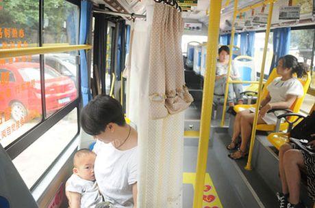 Nguoi dan hao hung voi xe bus co buong me cho con bu - Anh 3