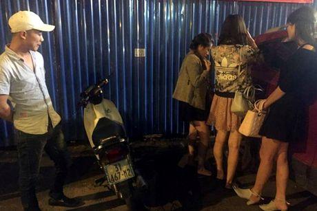 "Canh sat 141 lien tuc bat ""gai dich vu"" cung nguoi van chuyen khong doi MBH - Anh 1"