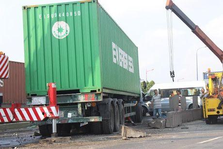 Xe container 'dai nao' tren xa lo, nhieu o to hu hong - Anh 5
