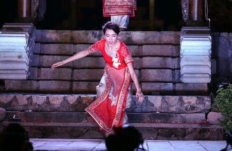 A hau Le Hang bi nga khi trinh dien thoi trang - Anh 2