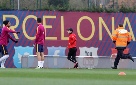 Fan cuong dot nhap san tap Barca truoc Kinh dien - Anh 3