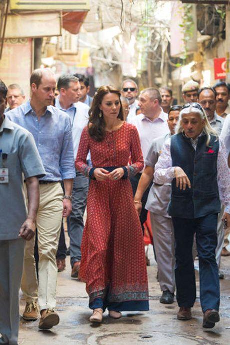 Nhung trang phuc Kate Middleton mac trong chuyen tham An Do va Bhutan - Anh 3