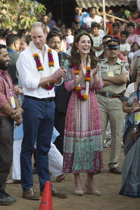 Nhung trang phuc Kate Middleton mac trong chuyen tham An Do va Bhutan - Anh 7