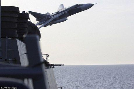 May bay Su-24 Nga 'tan cong gia lap' tau khu truc My - Anh 1
