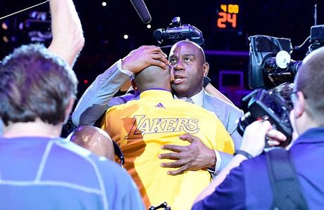 Kobe Bryant ghi 60 diem trong tran chia tay su nghiep - Anh 10